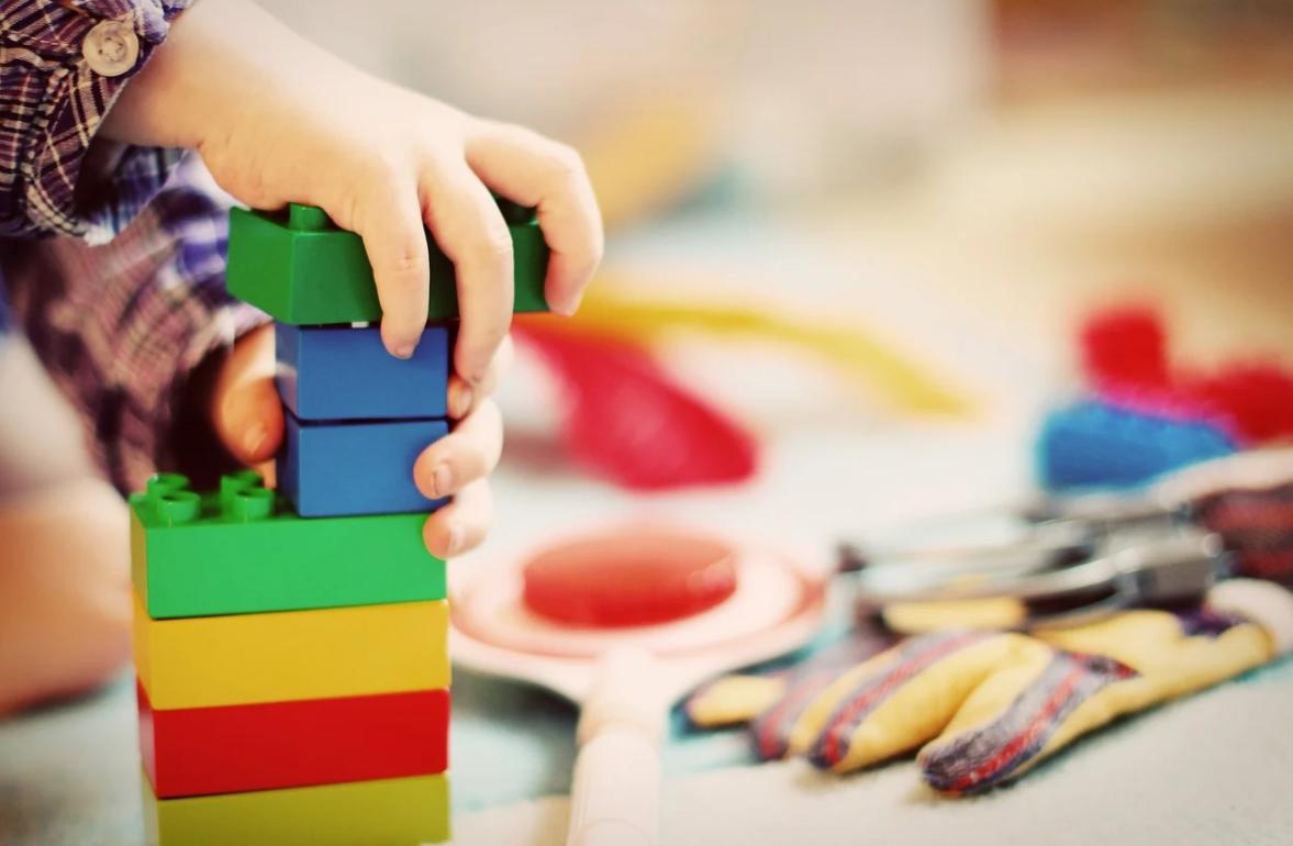 dítě a stavění