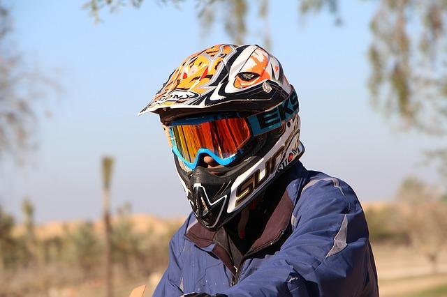 muž s motorkářskou helmou