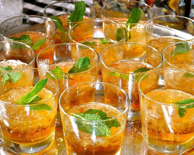 několik panáků s oranžovým drinkem a mátou uvnitř